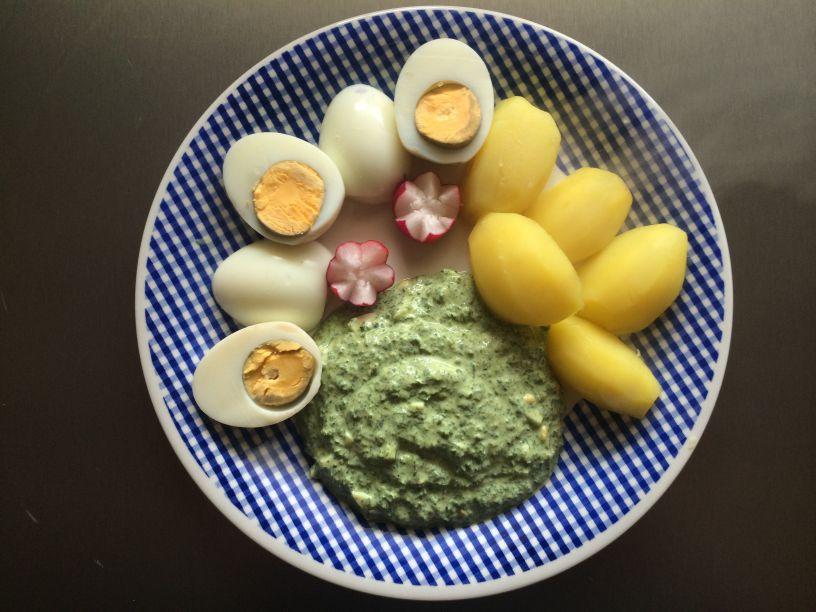Eier und grüne Soße
