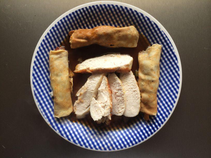 Teller mit Huhn und Crepes
