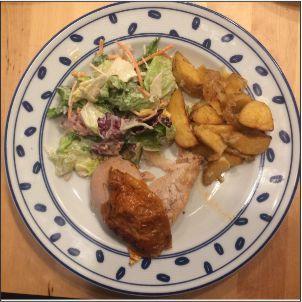 Haehnchenschenkel mit Salat und Wedges klein