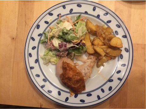 Haehnchenschenkel mit Salat und Wedges