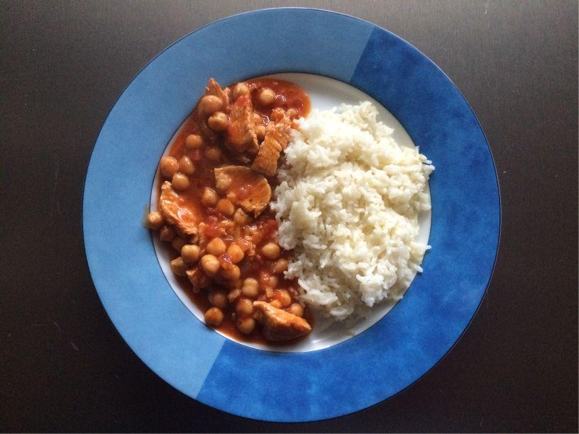 Teller Chickencurry mit Kichererbsen