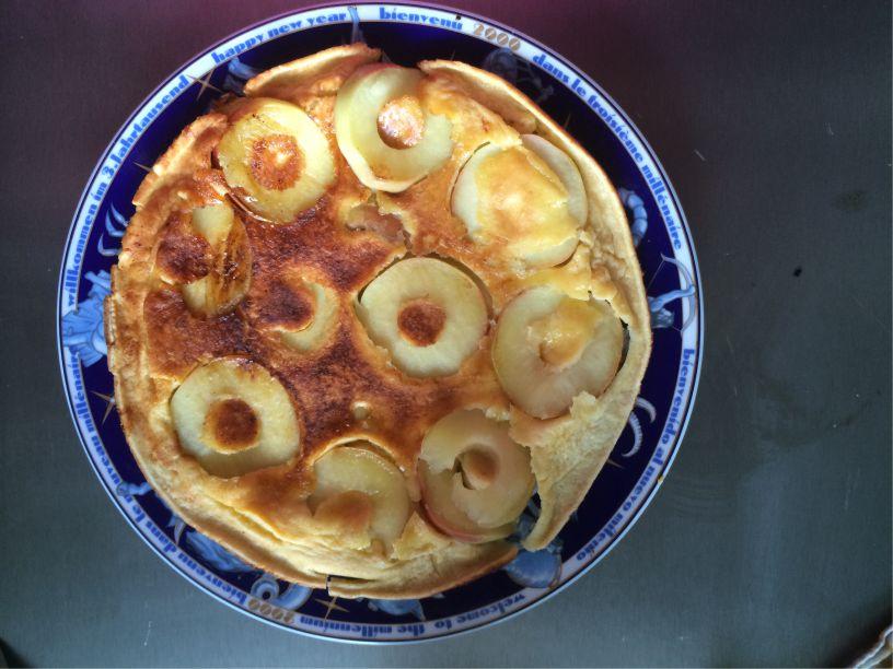 Teller Eierkuchen mit Apfel