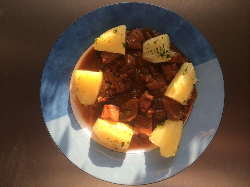 Teller Gulasch mit Kartoffeln