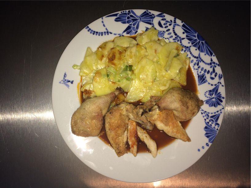 Teller Huhn Kartoffel Lauch Gratin