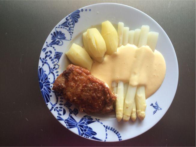Teller Kalbsrückensteak mit Stangenspargel und Kartoffeln