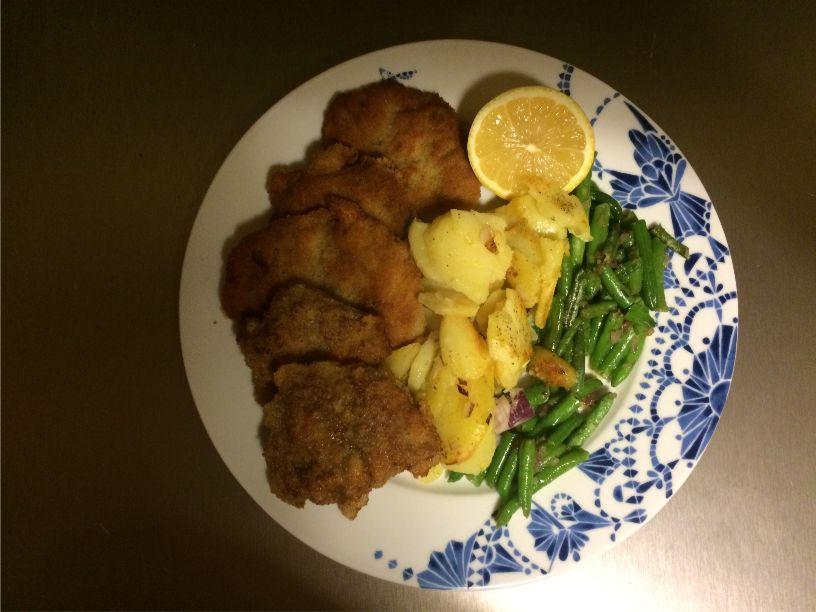 Teller Kalbsschnitzel mit Bratkartoffeln