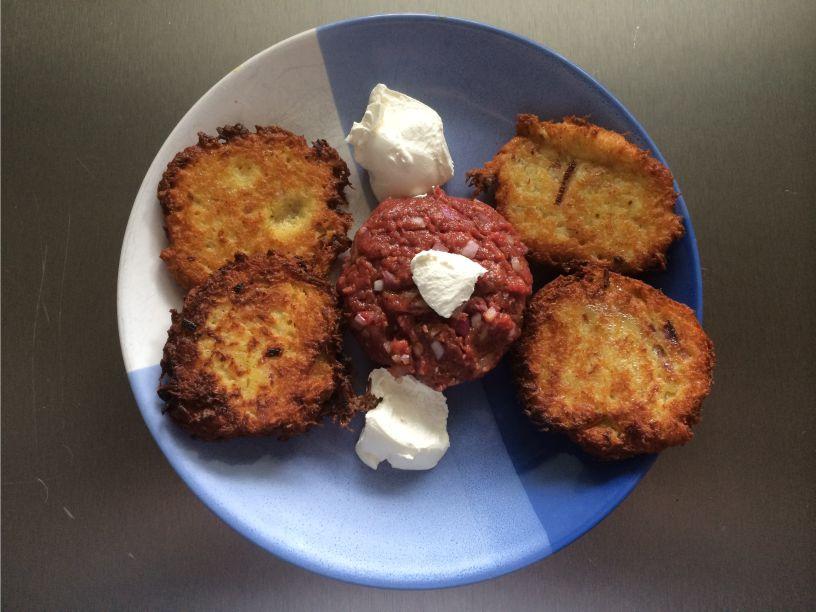 Teller Kartoffelpuffer mit Tatar