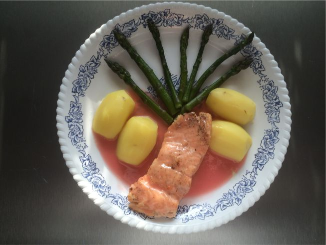 Teller Lachs mit roter Buttersoße