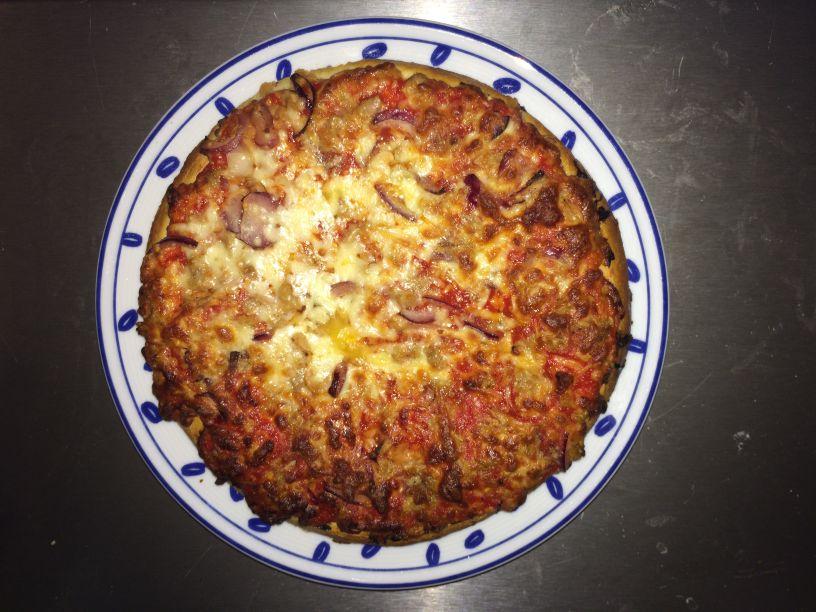 Teller Pizza Thunfisch