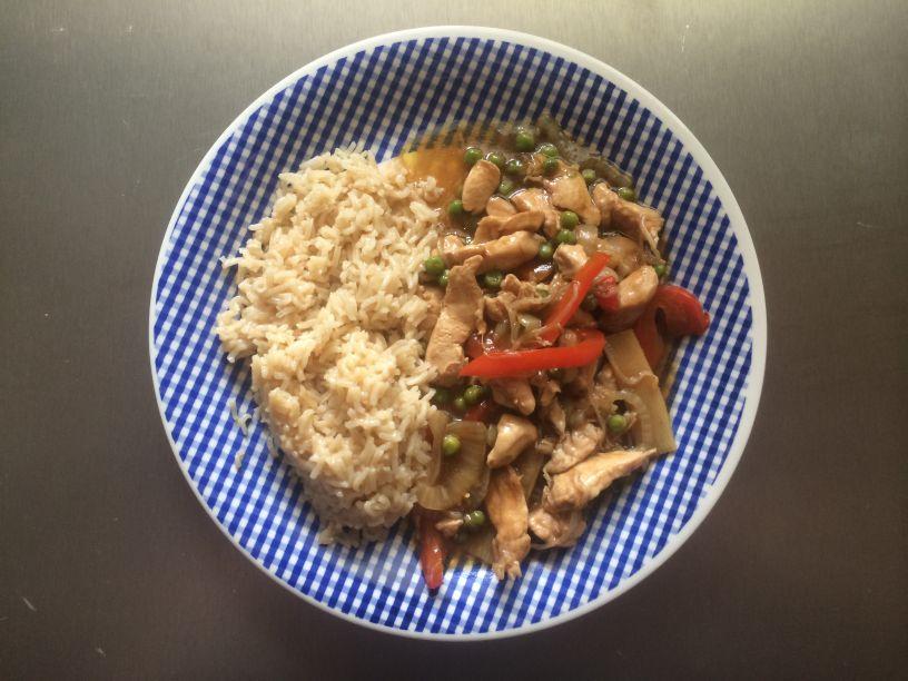 Teller Reis mit Geschnetzelten