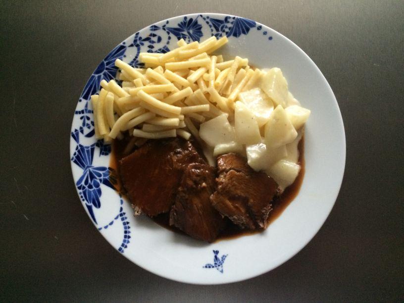 Teller Rinderbraten mit Nudeln und Kohlrabi