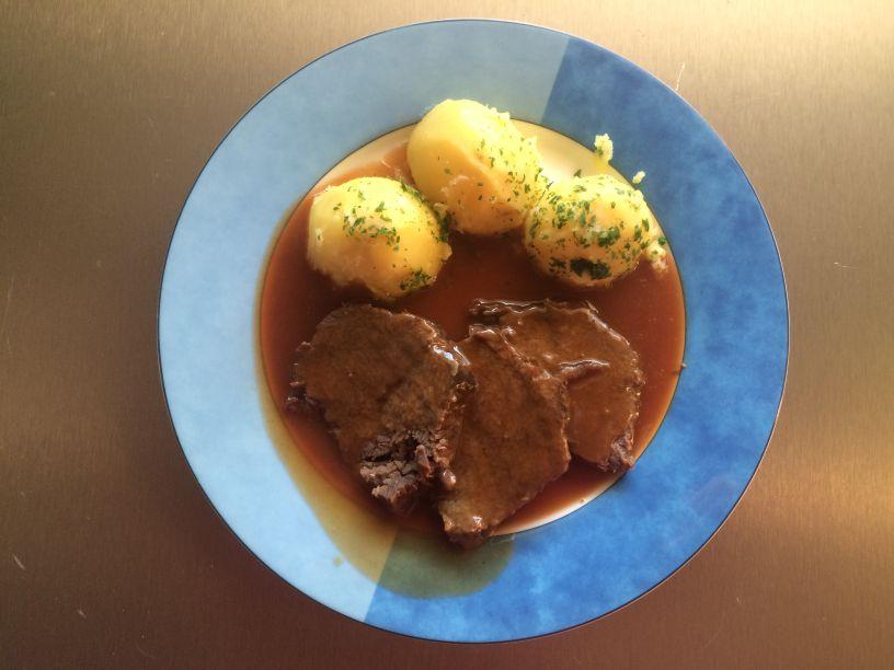 Teller Sauerbraten Kartoffeln