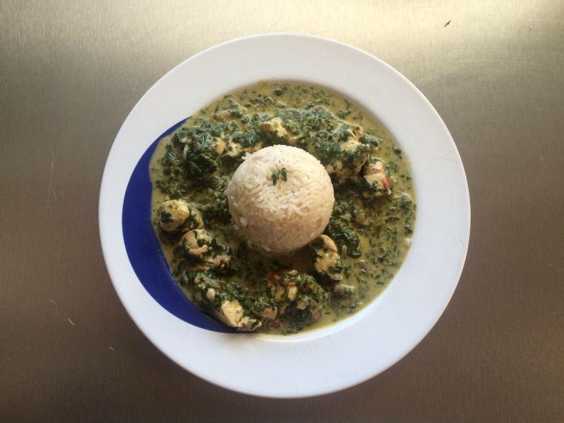 Teller Spinat mit Huhn und Reis