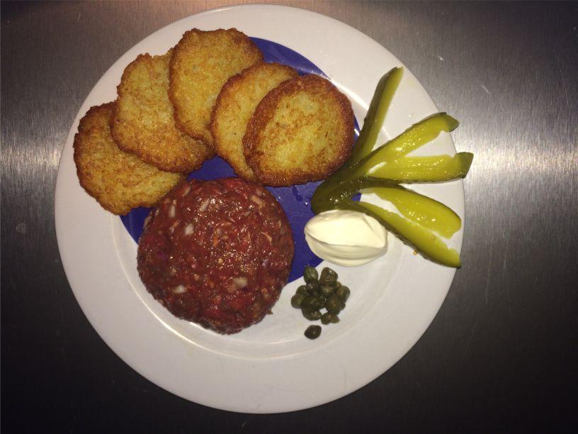 Teller Steak Tatar mit Kartoffelpuffer