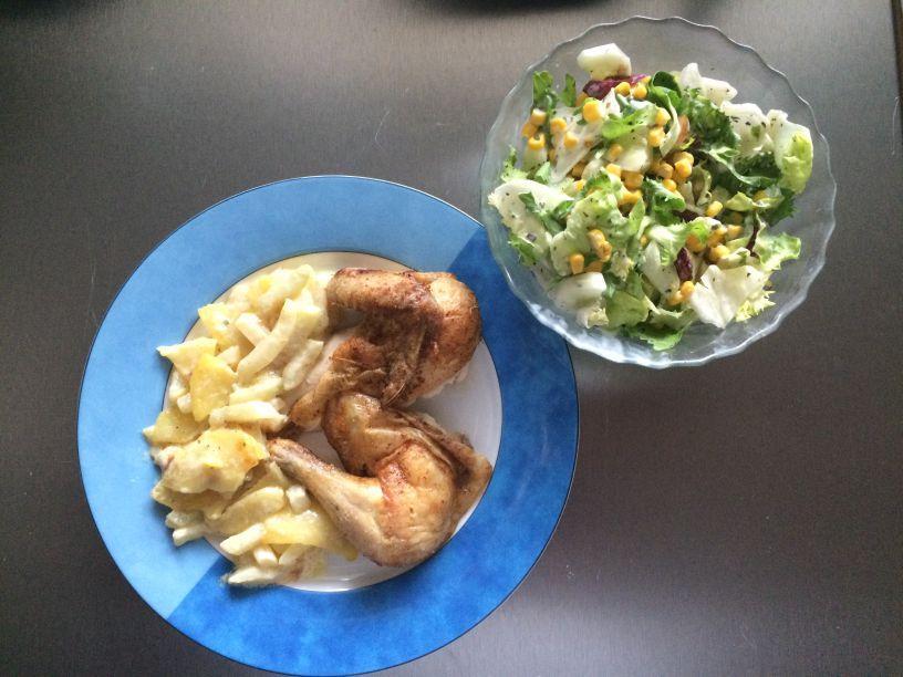 Teller gebratenes Huhn mit Kartoffelgemüse