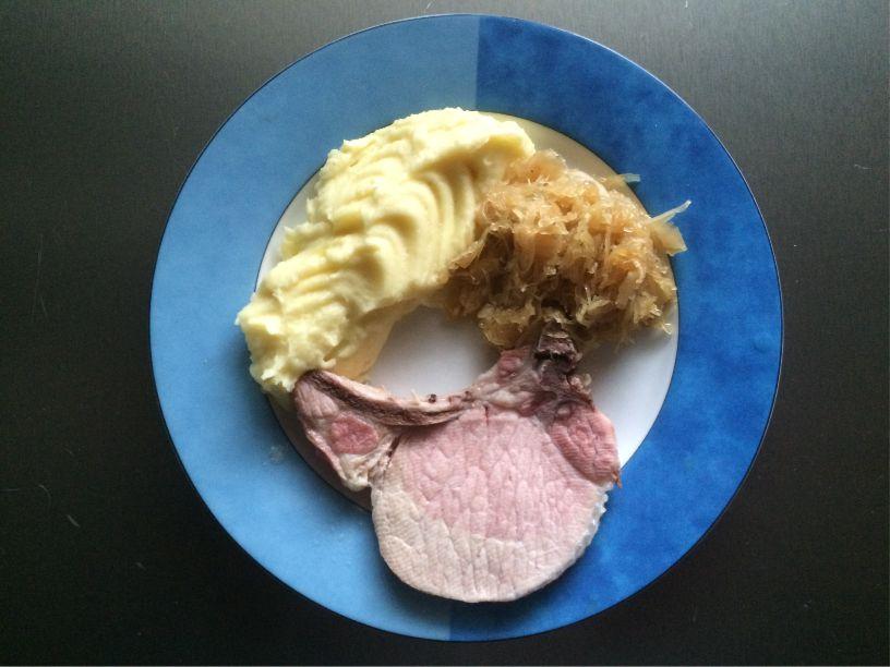 Teller gekochtes Schweinekotelett