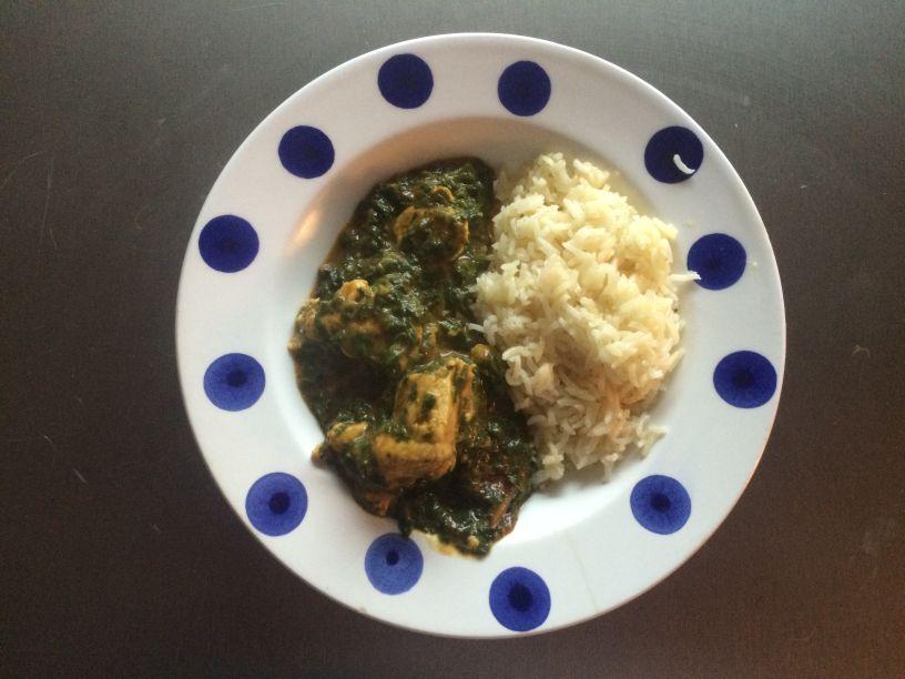 Teller mit Spinat und Huhn